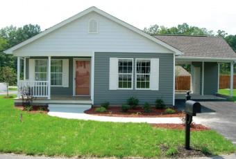"""Las casas prefabricadas más recientes, como el modelo """"Cottage"""" con Energy Star de Next Step, representan un salto cualitativo con respecto a las casas rodantes de la década de 1960, que contribuyeron a la sórdida reputación de este tipo de viviendas."""