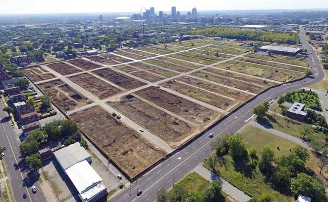 Vista aérea de lotes baldíos en las afueras de la ciudad de St. Louis, Misuri