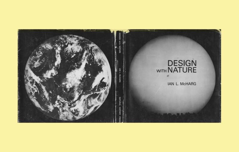 Portada completa en blanco y negro del libro Design with Nature de Ian L. McHarg. La cubierta posterior muestra el planeta Tierra desde el espacio sin tipo, y la cubierta frontal muestra una gran luna que se eleva sobre un paisaje urbano. La luna, como la Tierra en la cubierta posterior, ocupa casi todo el espacio en la cubierta.